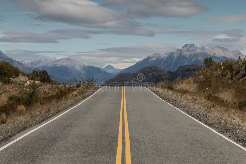 Ouvrez la route pavée par des montagnes, Patagonia, Argentine photos libres de droits
