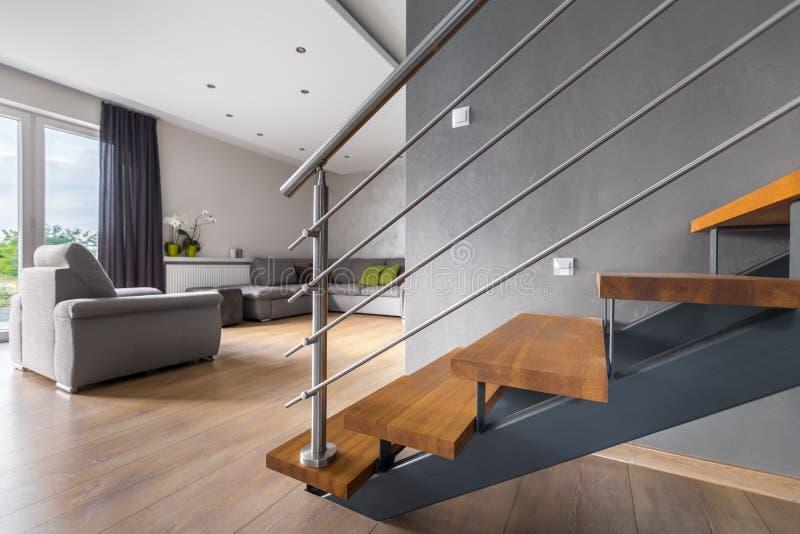 Ouvrez la salle de séjour de plan avec l'escalier photos libres de droits