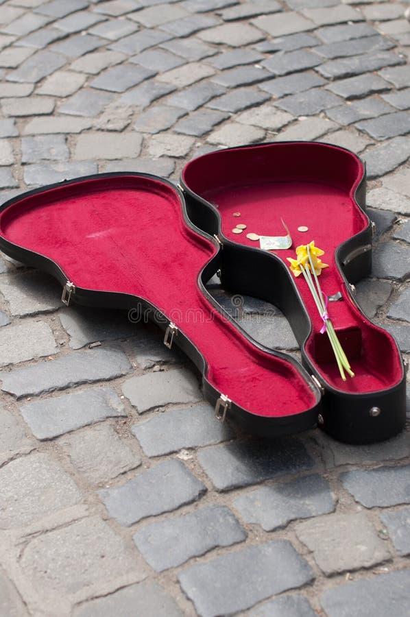 Ouvrez la valise de guitare avec de l'argent photos libres de droits