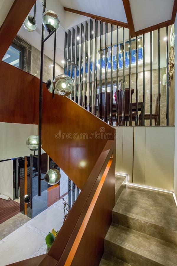 Ouvrez la villa à la maison intérieure de luxe moderne d'escalier d'escaliers de conception image stock