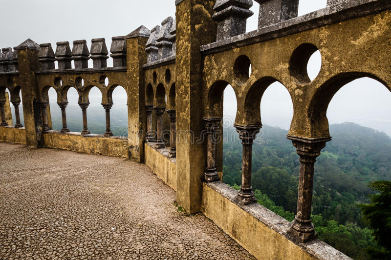 Ouvrez la voûte Windows en palais de Pena avec la vue sur la ville de Sintra image libre de droits