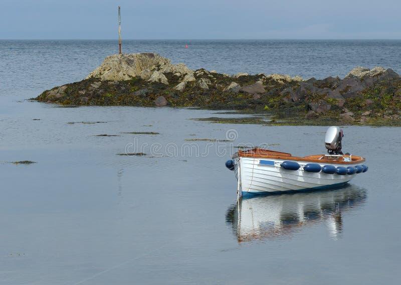Ouvrez le bateau de fibre de verre, Garvel a établi le style, avec l'extérieur amarré dans une petite crique chez Donaghadee, Co  photos stock