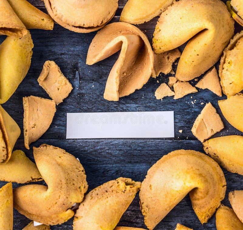 Ouvrez le biscuit de fortune avec le papier blanc vide, vue supérieure photos stock