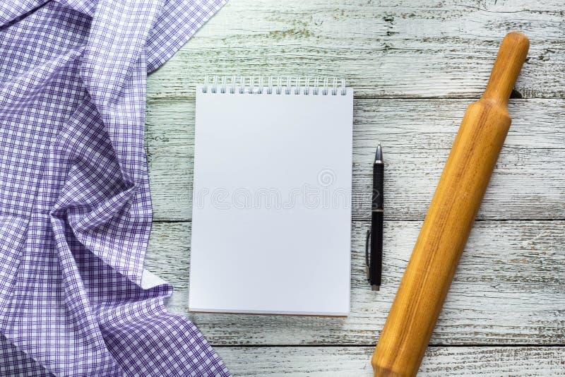 Ouvrez le bloc-notes avec le stylo, la serviette et la goupille photographie stock libre de droits