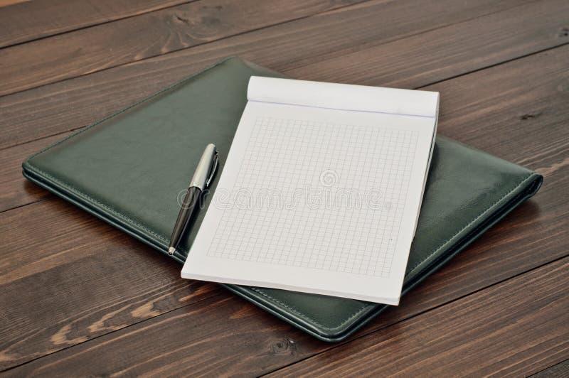 Ouvrez le bloc-notes avec les pages vides avec un stylo images stock