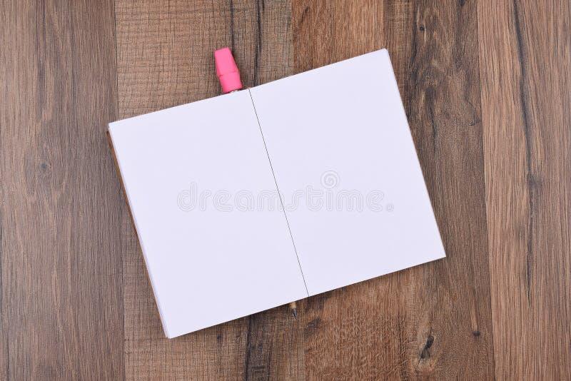Ouvrez le bloc - notes avec un crayon photos libres de droits