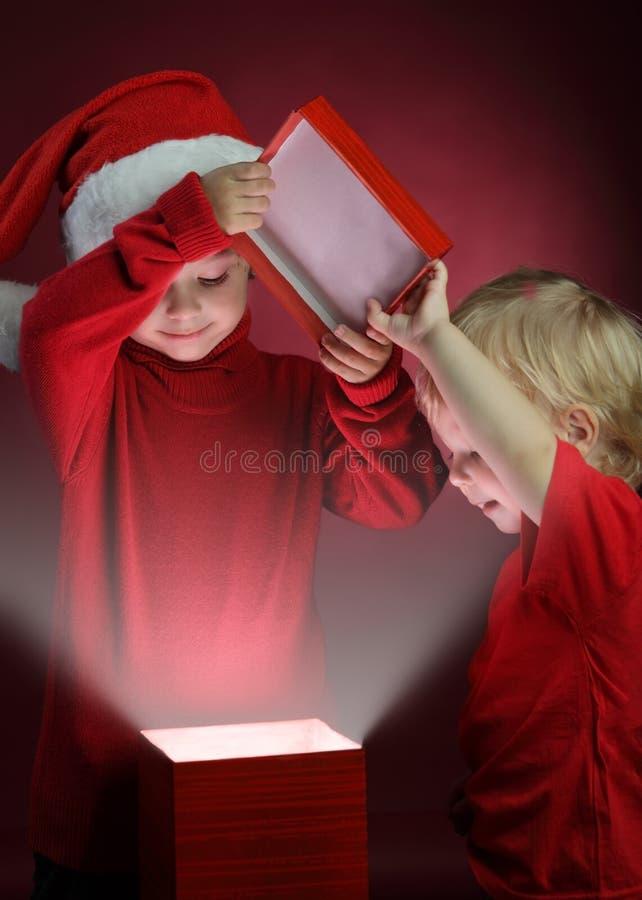 Ouvrez le cadeau-cadre de Noël images libres de droits