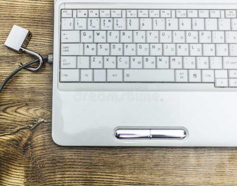 Ouvrez le cadenas sur des câbles de réseau sur un ordinateur portable image stock