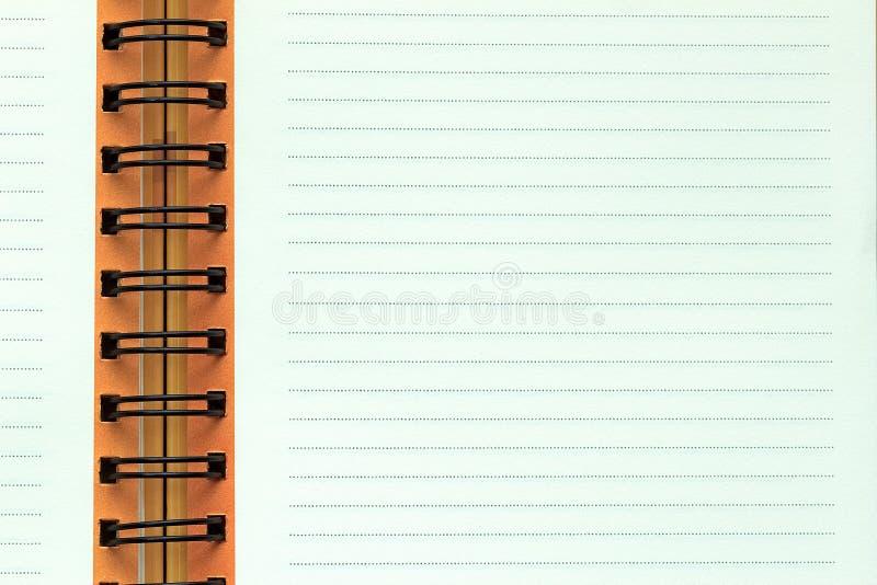 Ouvrez le carnet avec la page rayée images stock