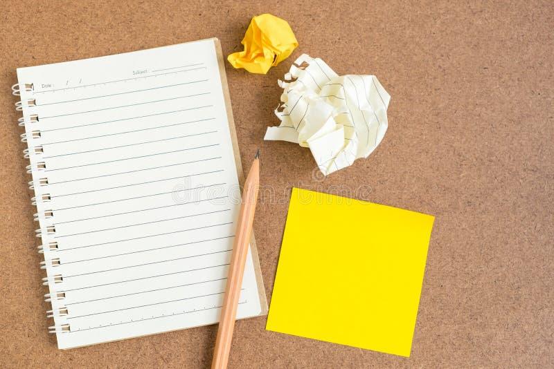 Ouvrez le carnet avec les notes et le crayon collants image stock
