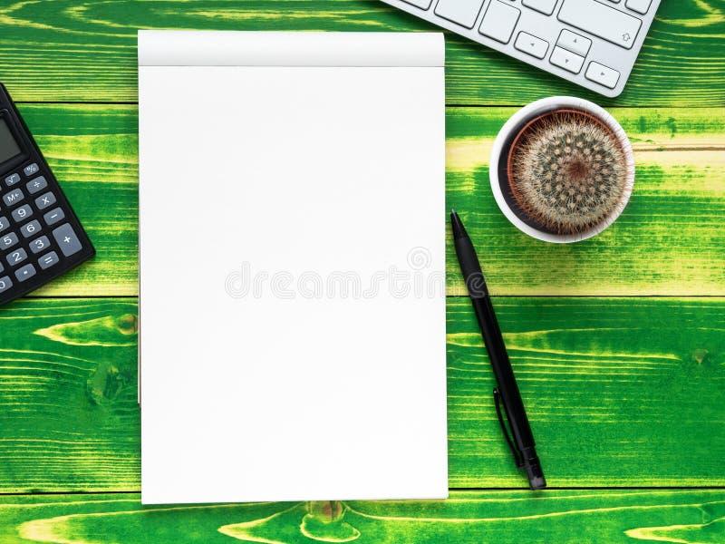 ouvrez le carnet avec le page blanc, stylo, calculatrice, clavier d'ordinateur, images stock