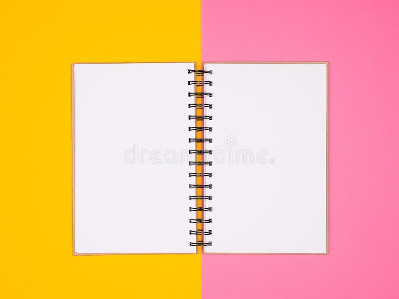 Ouvrez le carnet de papier sur le fond coloré par deux image libre de droits
