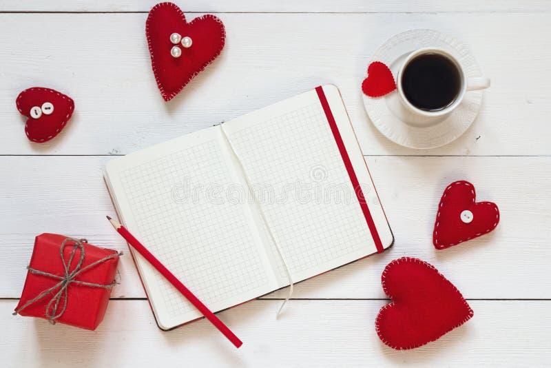Ouvrez le carnet vide, le boîte-cadeau avec des coeurs de Valentine et la tasse de c images libres de droits