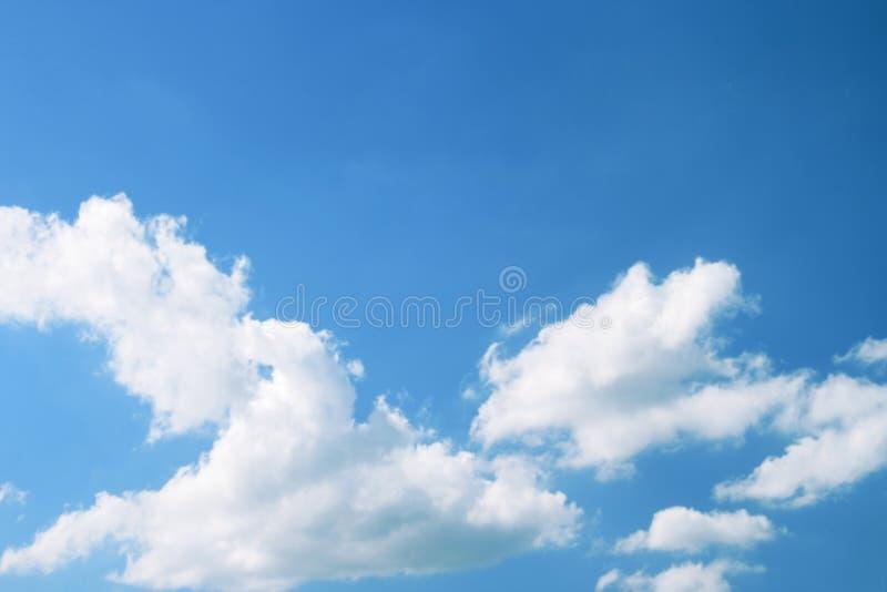 Ouvrez le ciel bleu et les nuages blancs images libres de droits