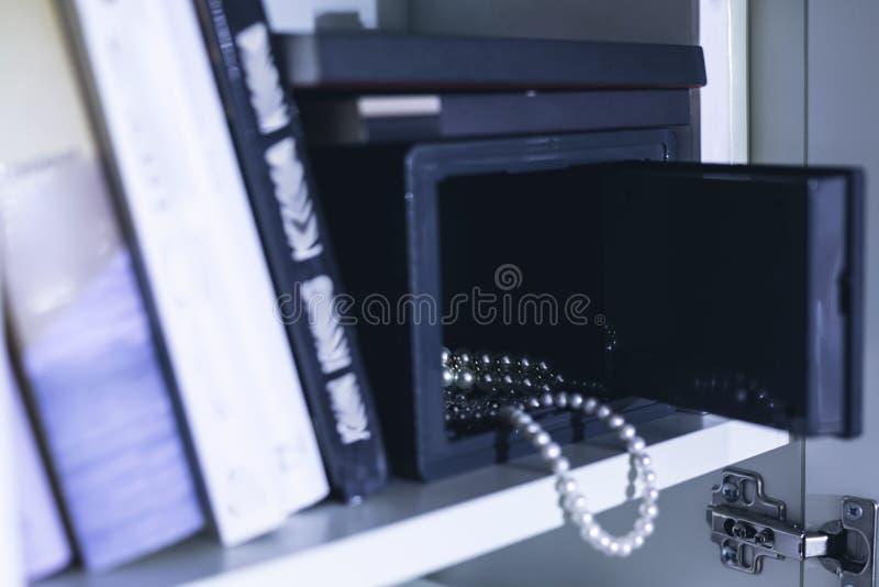 Ouvrez le coffre-fort avec les bijoux chers image stock