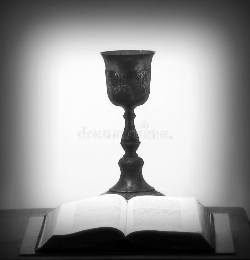 Ouvrez le gobelet de bible et de Graal photos stock