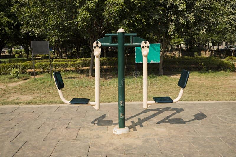 Ouvrez le gymnase dans un jardin photos libres de droits