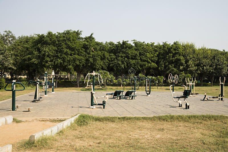 Ouvrez le gymnase dans un jardin images libres de droits