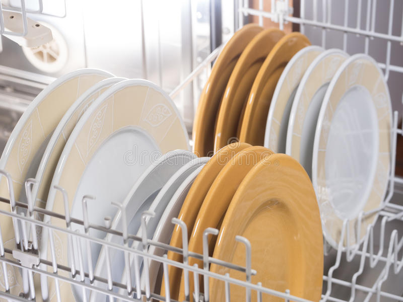 Ouvrez le lave-vaisselle photographie stock libre de droits