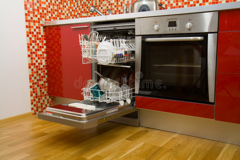 Ouvrez le lave-vaisselle avec les paraboloïdes propres photo stock