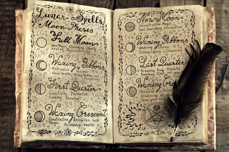 Ouvrez le livre avec les charmes magiques lunaires et la cannette image stock