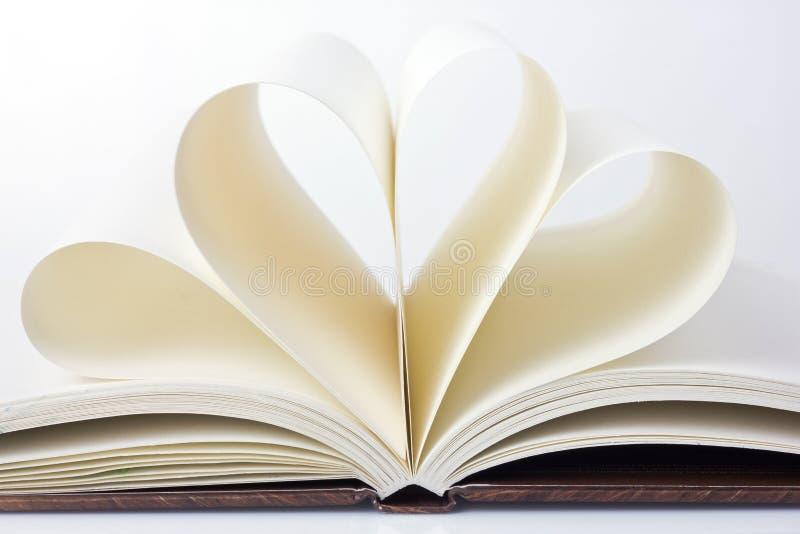 Ouvrez le livre avec les pages sous forme de coeur image stock