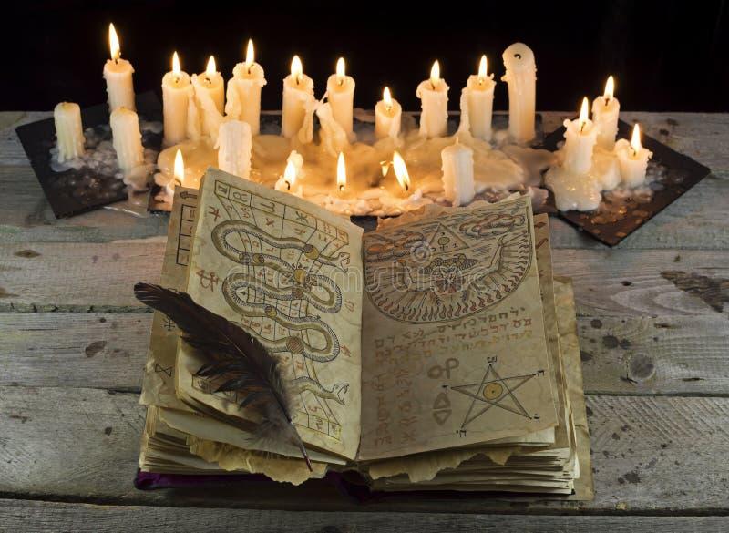 Ouvrez le livre de Grimoire avec des bougies images libres de droits