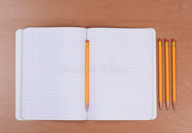 Ouvrez le livre de thème avec des crayons photos libres de droits