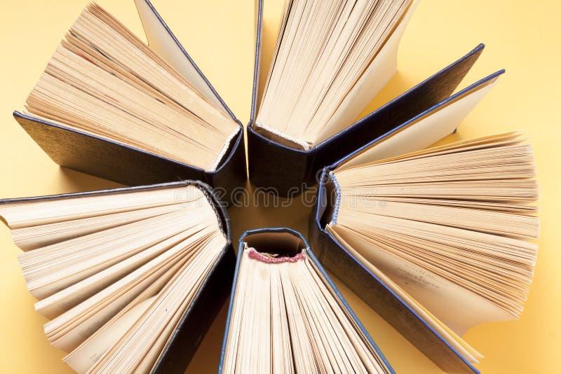 Ouvrez le livre, livres de livre cartonné sur la table en bois Fond d'éducation De nouveau à l'école Copiez l'espace pour le text photo stock