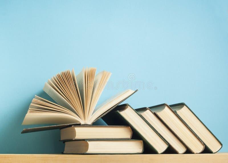 Ouvrez le livre sur la pile de livres sur la table en bois Fond d'éducation De nouveau à l'école L'espace d'exemplaire gratuit image libre de droits