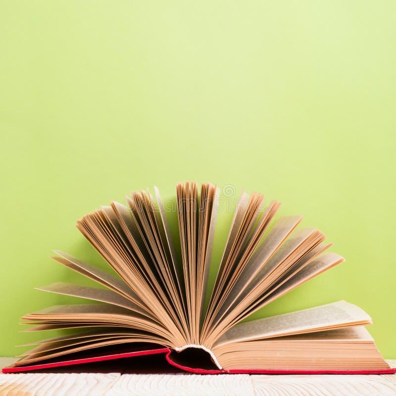 Ouvrez le livre sur le bavkground en bois vert Fond d'éducation photos libres de droits