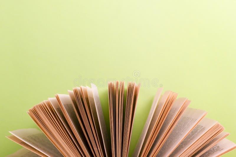 Ouvrez le livre sur le bavkground en bois vert Fond d'éducation images stock