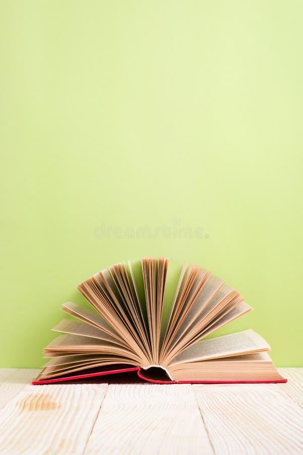 Ouvrez le livre sur le bavkground en bois vert Fond d'éducation image libre de droits
