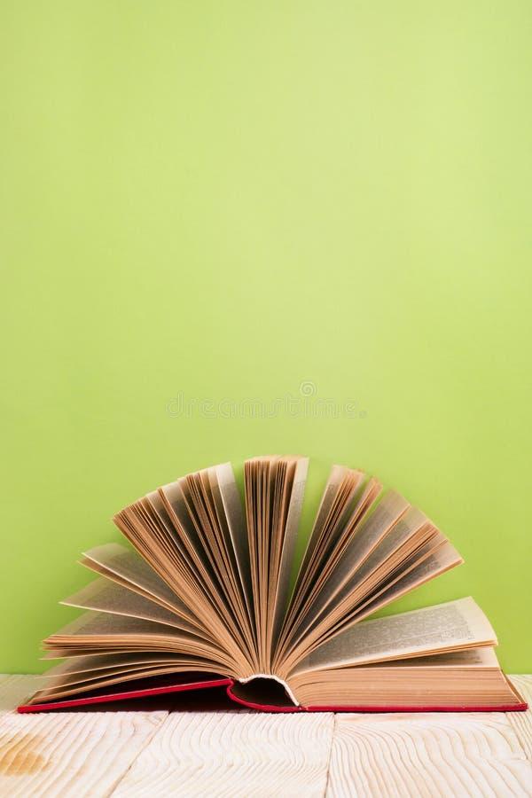 Ouvrez le livre sur le bavkground en bois vert Fond d'éducation images libres de droits