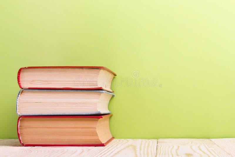 Ouvrez le livre sur le fond en bois vert réserve vieux d'isolement par éducation de concept Copiez l'espace pour l'annonce photographie stock libre de droits