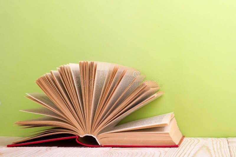 Ouvrez le livre sur le fond en bois vert réserve vieux d'isolement par éducation de concept Copiez l'espace pour l'annonce photographie stock