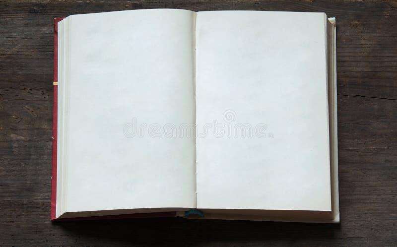 Ouvrez le livre sur le vieux fond en bois photo libre de droits