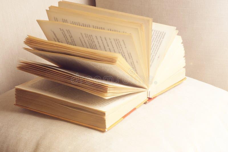 Ouvrez le livre sur un oreiller dans le lit homeliness Vieux livre texture sans couture des pages de livre Vieux livres de cru photo stock