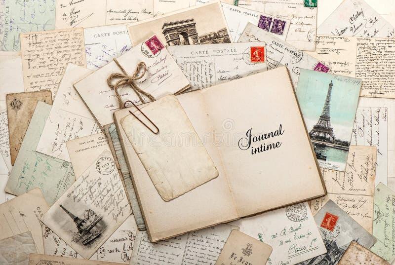 Ouvrez le livre vide de journal intime, vieilles lettres, cartes postales françaises photographie stock