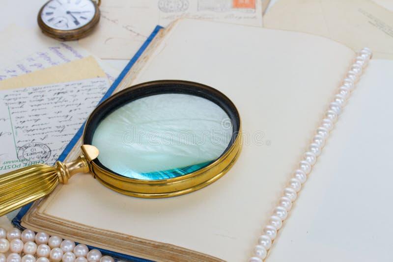 Ouvrez le livre vide de vintage avec trouver le verre image stock
