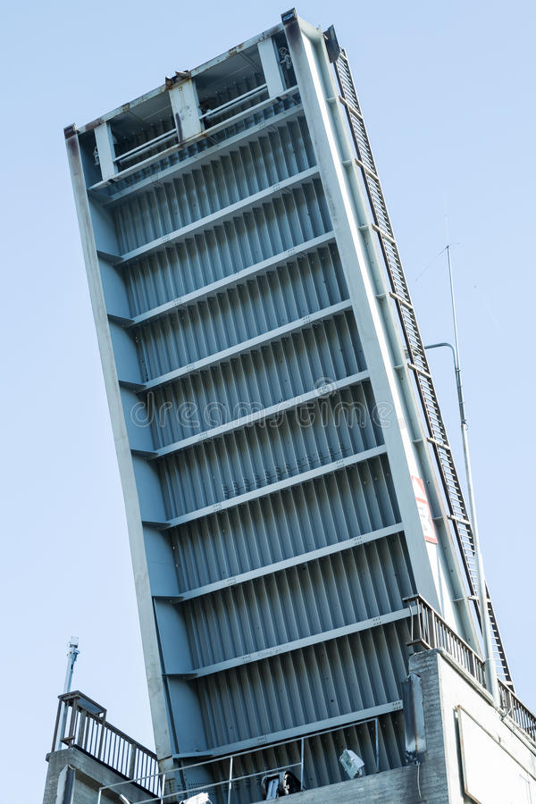 Ouvrez le pont-levis au-dessus de la serrure de Tsvetochnoye photos stock