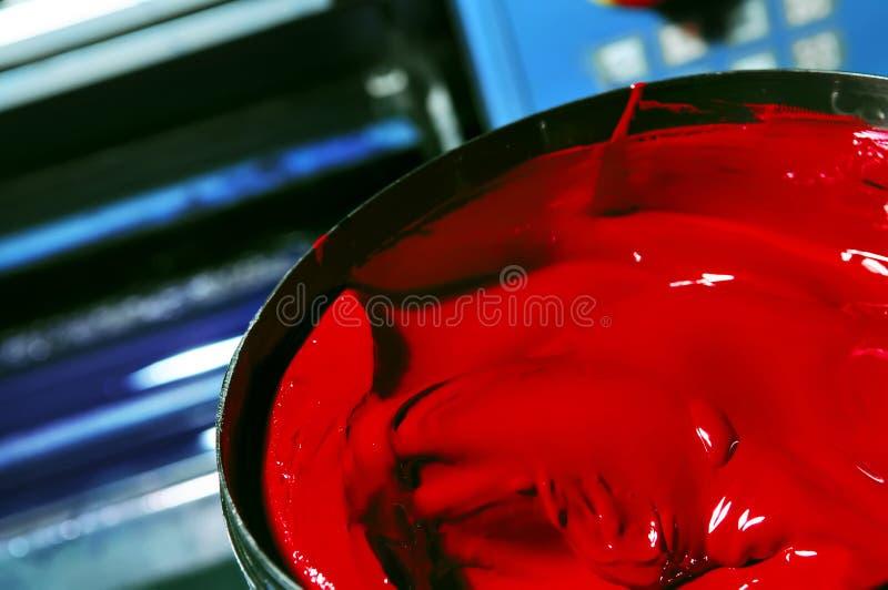 Ouvrez le pot avec une peinture rouge photographie stock