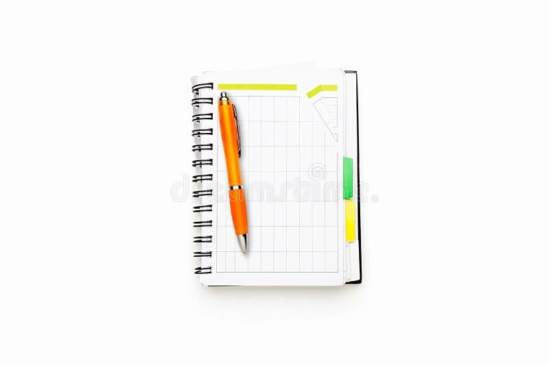 Ouvrez le programme avec la reliure à anneaux et le stylo de boule orange image stock