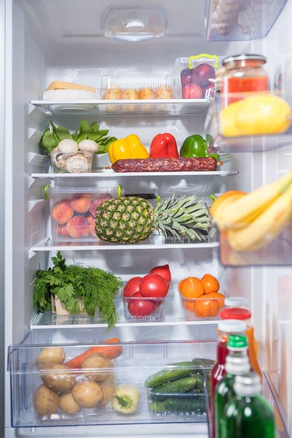 Ouvrez le réfrigérateur complètement des épiceries fraîches image libre de droits