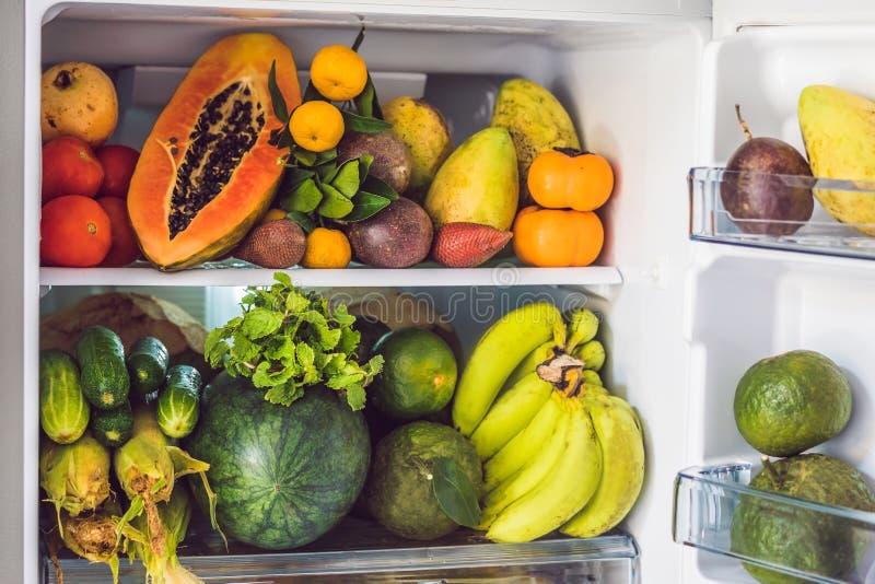 Ouvrez le réfrigérateur rempli de fruits frais et de légume, concept cru de nourriture, concept sain de consommation photos libres de droits