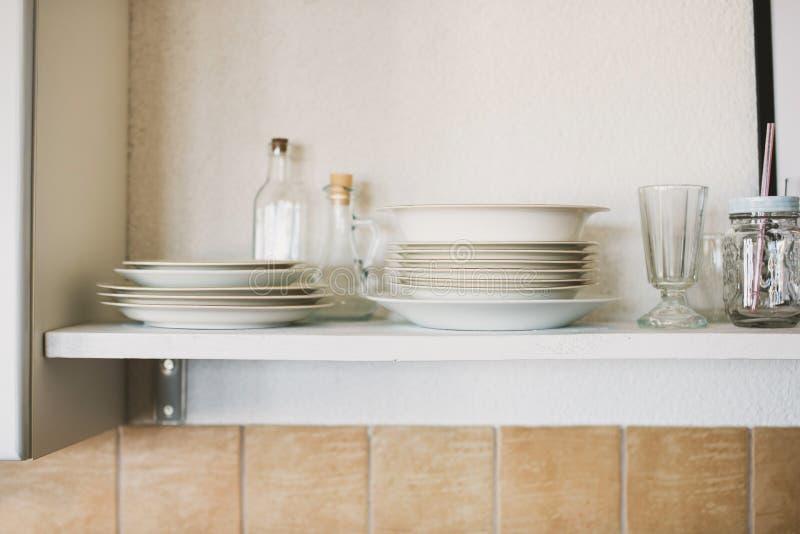 Ouvrez le rayonnage dans la cuisine image stock