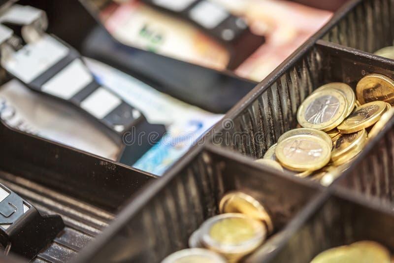 Ouvrez le registrer d'argent liquide contenant beaucoup de pièces de monnaie d'euro photo libre de droits