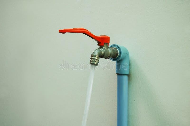 Ouvrez le robinet d'eau photo libre de droits