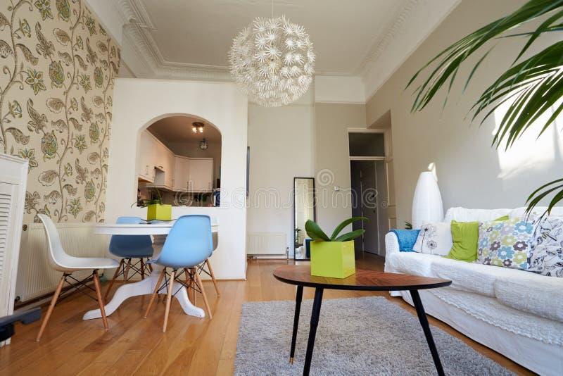 Ouvrez le salon de plan en appartement moderne photos stock