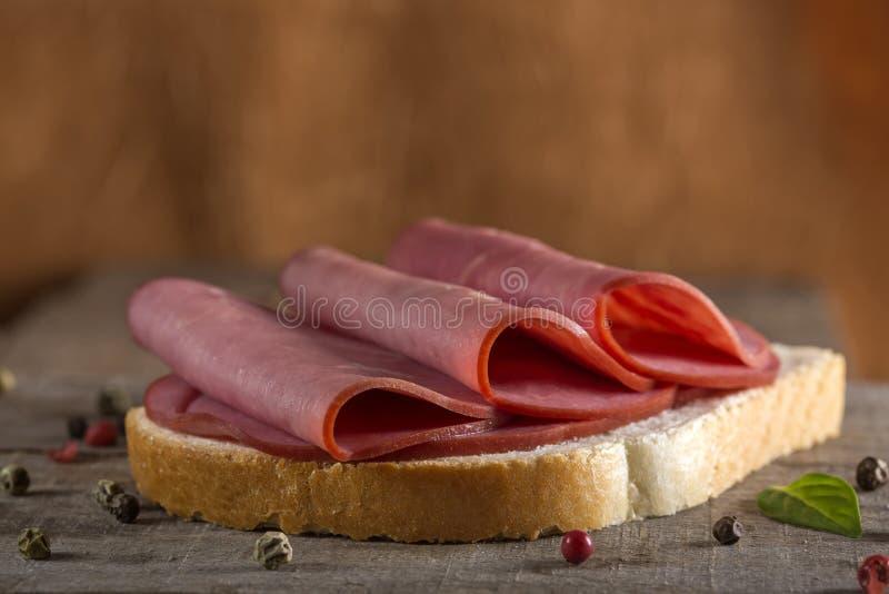 Ouvrez le sandwich à boeuf image stock
